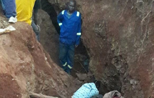illegal panners at a section of a mine in Inyathi that has been invaded by more than 300 omakorokoza