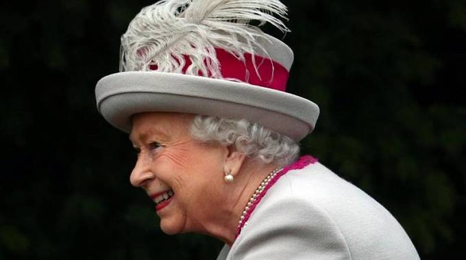 Queen urges UK to find common ground as Brexit crisis